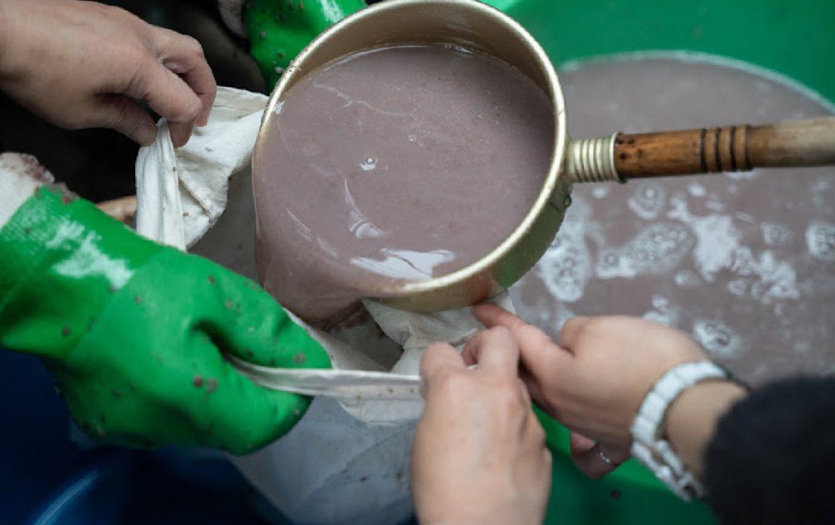 絞り袋にこした小豆の汁を入れる