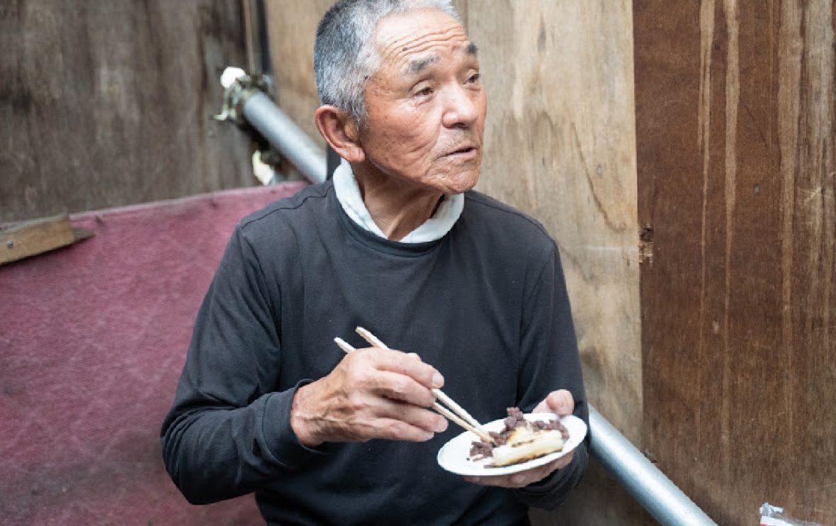 できたてのあんこを寺戸さんも試食